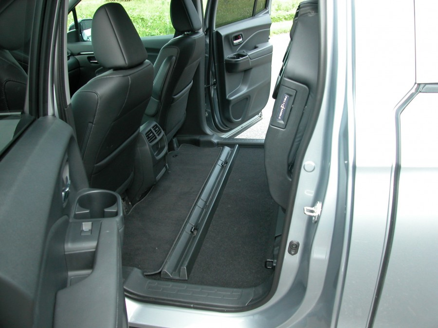 ridgeline17-rear-seats-up